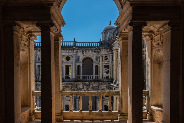 Klooster van christus onder zonlicht en een blauwe hemel in portugal Gratis Foto