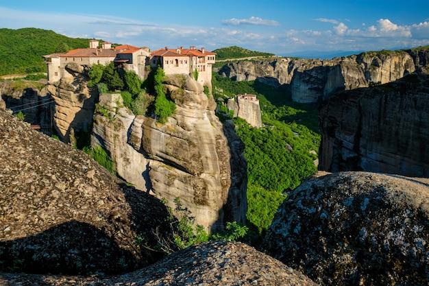 Klooster van varlaam klooster en klooster van rousanou in de beroemde griekse toeristische bestemming meteora in griekenland op zonsondergang Premium Foto