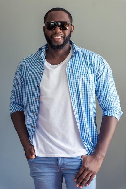 Knappe afro-amerikaanse man in stijlvolle casual kleding Premium Foto
