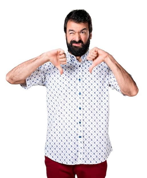 Knappe brunette man met baard maakt slecht signaal Gratis Foto