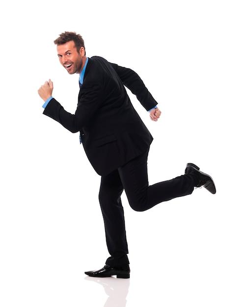 Knappe en glimlachende zakenman schiet op Gratis Foto