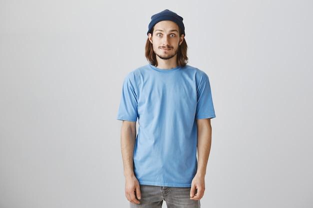 Knappe hipster man in blauw t-shirt en muts Gratis Foto