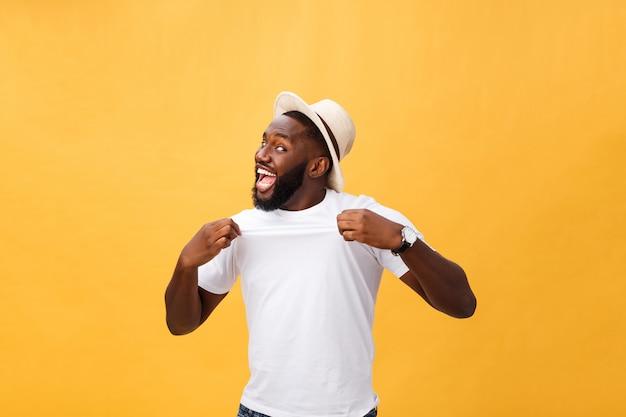Knappe jonge afro-amerikaanse werknemer van de mens voelt opgewonden, actief gesturing, gebalde vuisten houden Premium Foto