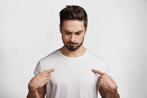 Knappe jonge man in wit t-shirt Gratis Foto