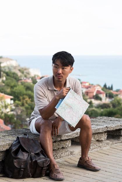 Knappe jonge man op vakantie Gratis Foto