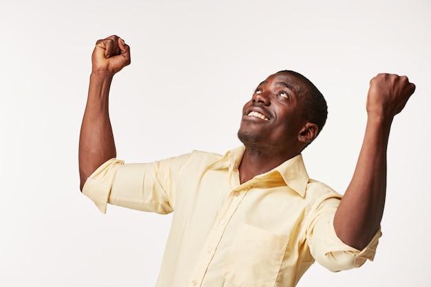 Knappe jonge zwarte afrikaanse lachend Gratis Foto