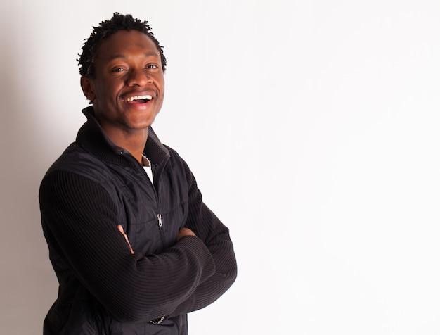 Knappe jonge zwarte man poseren Gratis Foto