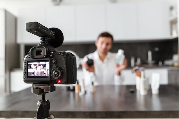 Knappe jongeman filmt zijn video blog aflevering Gratis Foto