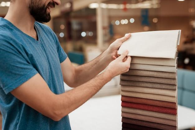 Knappe jongeman kleur van matras kiezen Premium Foto