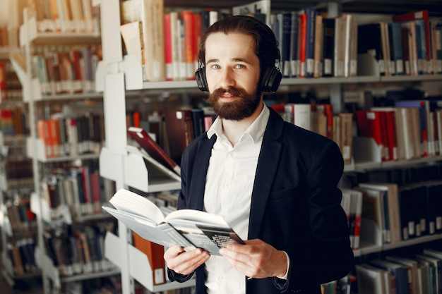Knappe kerelstudie bij de bibliotheek Gratis Foto