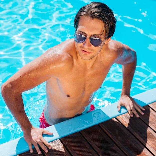 Knappe man bij het zwembad Gratis Foto