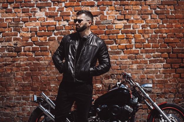 Knappe man biker reizen op mototrcycle Gratis Foto