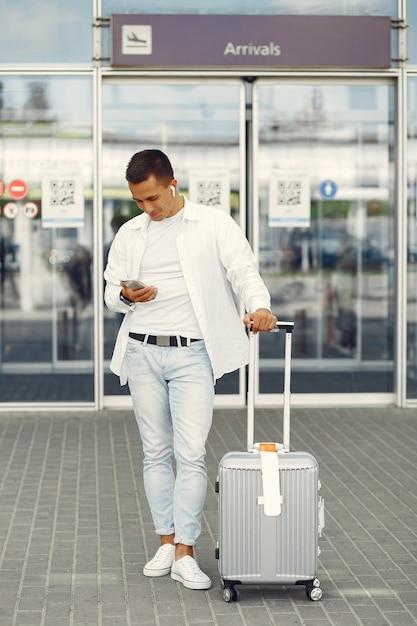 Knappe man die in de buurt van de luchthaven Gratis Foto