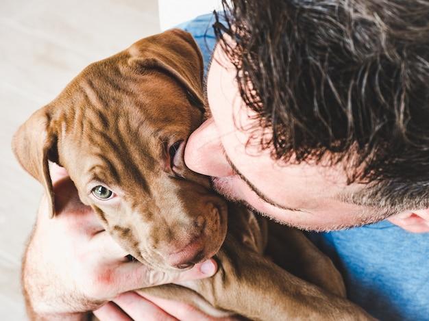 Knappe man en charmante puppy. Premium Foto