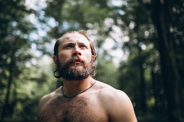 Knappe man in het bos Gratis Foto