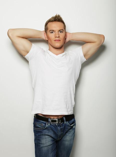 Knappe man in leeg wit shirt Premium Foto
