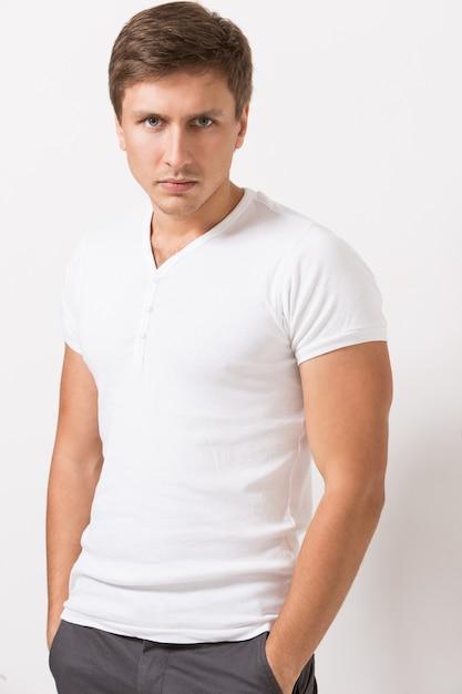 Knappe man in t-shirt Gratis Foto