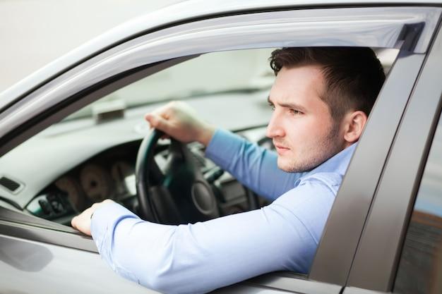 Knappe man in zijn nieuwe auto Premium Foto