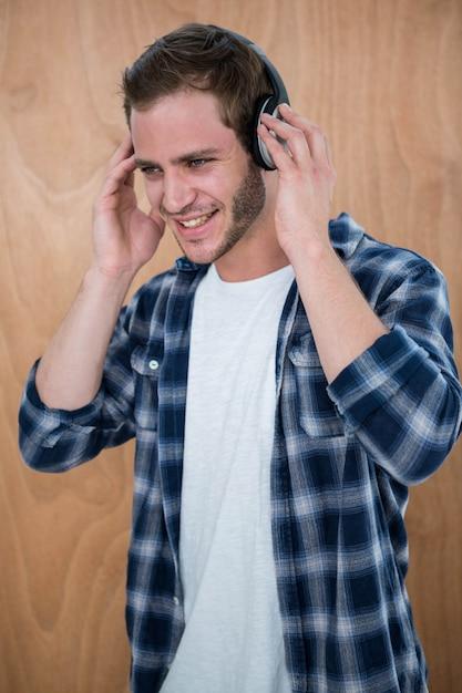 Knappe man luisteren naar muziek met koptelefoon Premium Foto