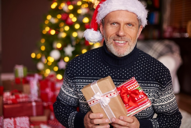 Knappe man met een aantal geschenkdozen Gratis Foto