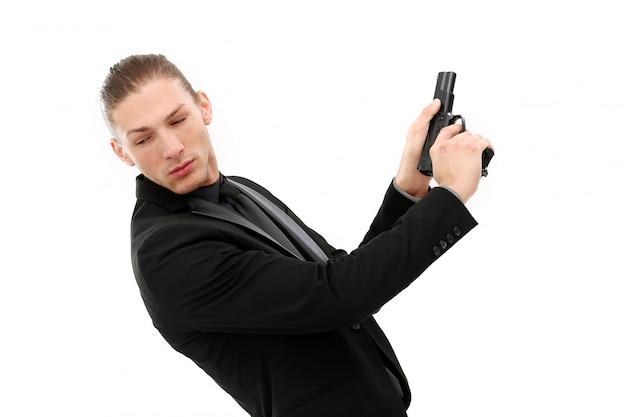 Knappe man met pistool Gratis Foto