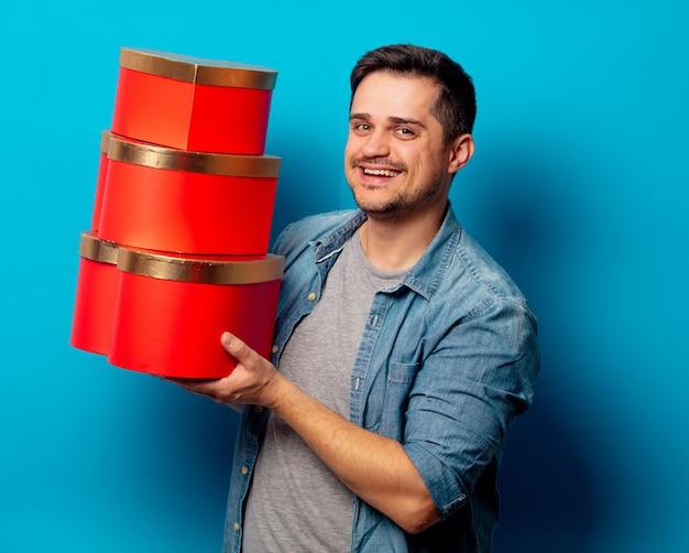 Knappe man met rode geschenken Premium Foto