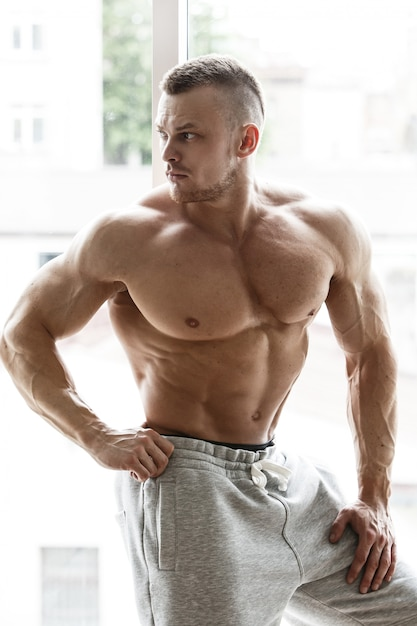 Knappe man met sexy lichaam Gratis Foto