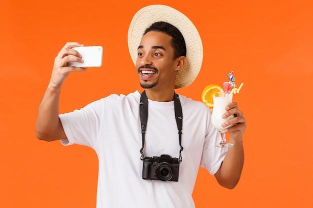 Knappe man met wit t-shirt klaar om te reizen Premium Foto