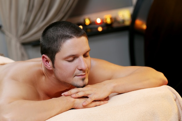 Knappe man ontspannen in een spa Gratis Foto