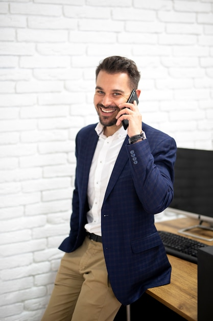 Knappe man praten over telefoon Gratis Foto