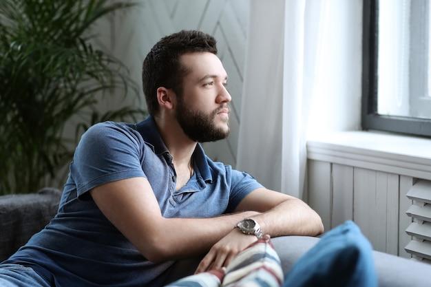 Knappe man raam kijken vanuit de coach Gratis Foto