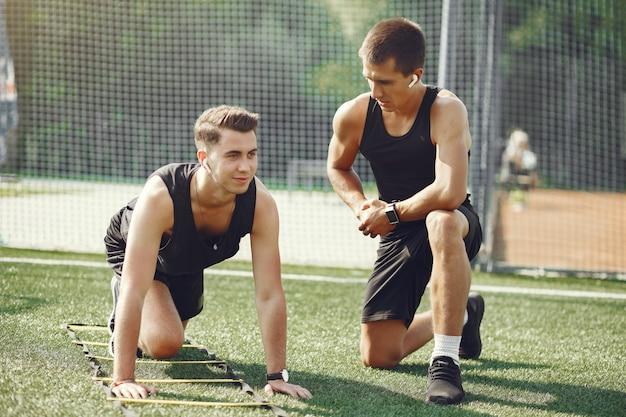Knappe man training in een zomer park Gratis Foto