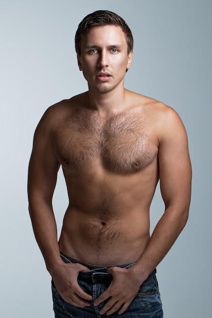 Knappe man zonder shirt Gratis Foto