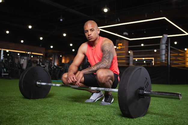 Knappe mannelijke afrikaanse atleet die bij de gymnastiek uitwerkt Premium Foto