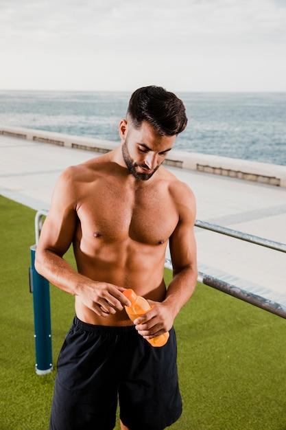 Knappe mensenhydratatie na training openlucht Gratis Foto