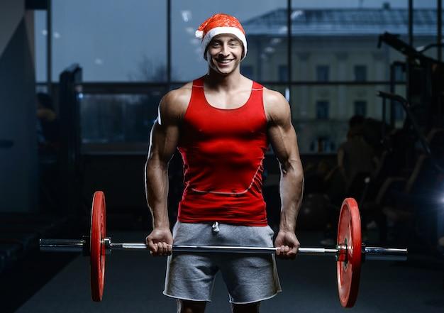 Knappe model jonge man training in de sportschool Premium Foto