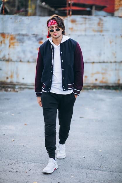 Knappe stijlvolle man in stedelijke outfit Gratis Foto