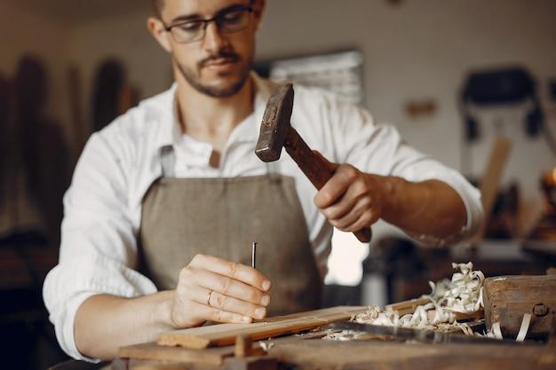 Knappe timmerman die met een hout werkt Gratis Foto
