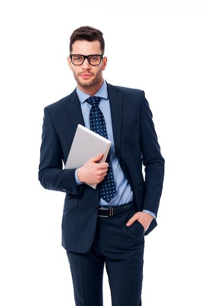 Knappe zakenman aan het werk met de digitale tablet Gratis Foto