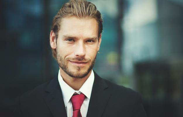 Knappe zakenman buiten Premium Foto