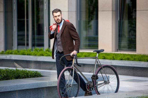 Knappe zakenman en zijn fiets Gratis Foto