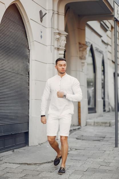 Knappe zakenman in een de zomerstad Gratis Foto