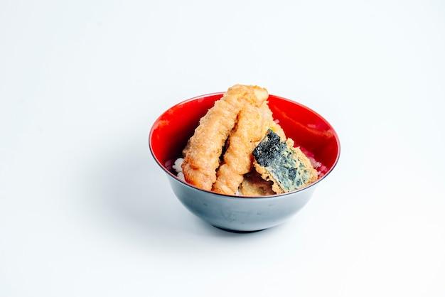 Knapperig gebraden visstick en vissenstuk op rijst op witte achtergrond Gratis Foto