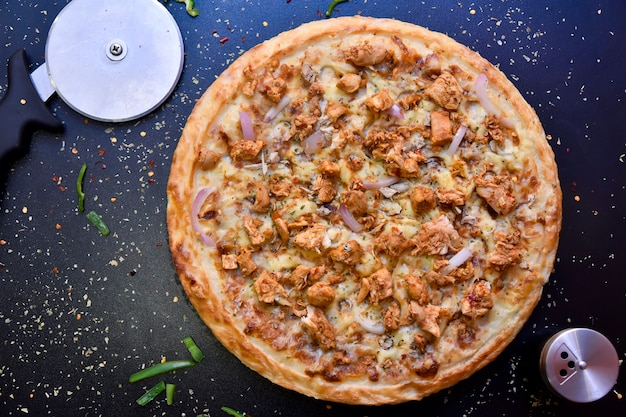 Knapperige gemengde pizza van bovenaf met olijven, kip, paprika en uien Premium Foto
