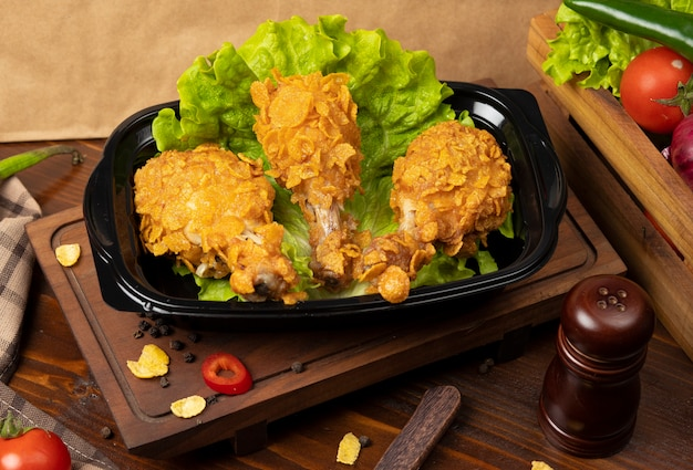 Knapperige geroosterde kfc-stijl van kippentrommels met crackers Gratis Foto
