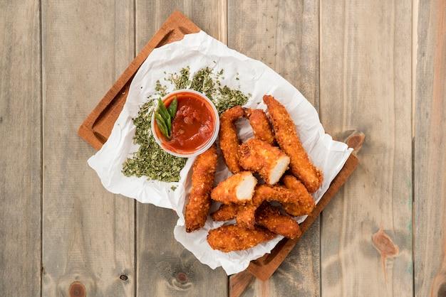 Knapperige kipnuggets met kruiden en sauzen Gratis Foto