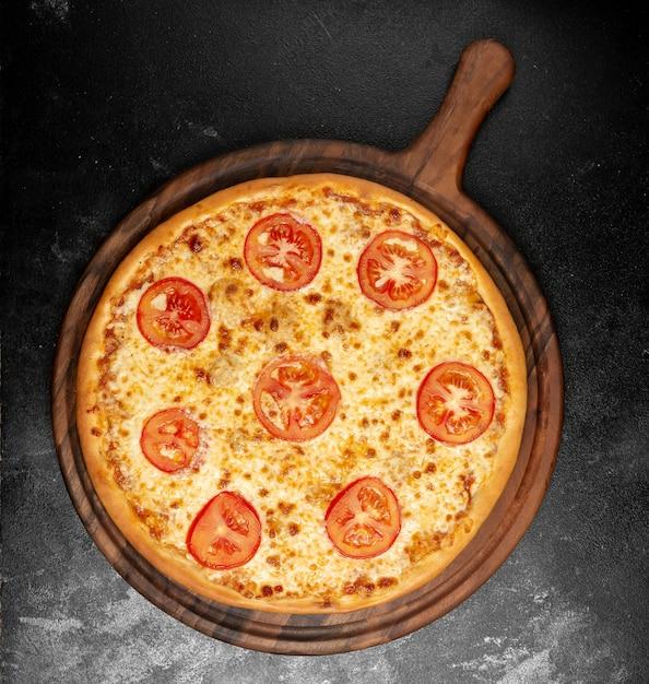 Knapperige pizza met kaas en tomaten Gratis Foto