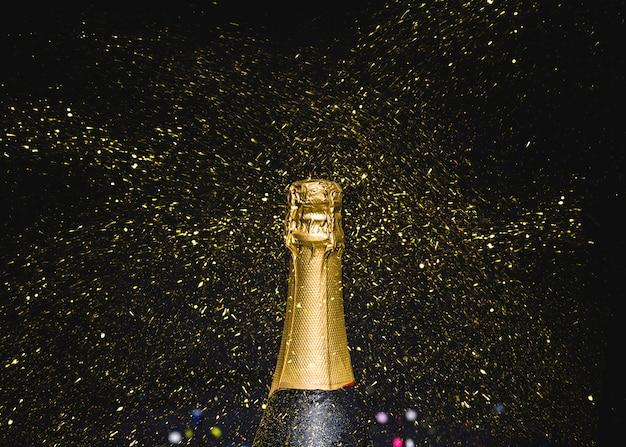 Knelpunt van champagne met vliegende glitters Gratis Foto