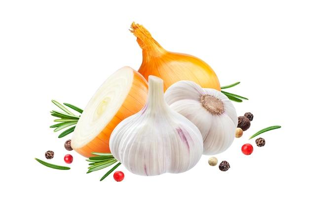 Knoflook, ui en rozemarijn kruid geïsoleerd op een witte achtergrond Premium Foto