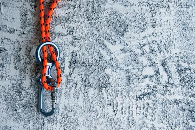 Knoop met metalen karabijnhaak. zilverkleurig apparaat voor de actieve sport Gratis Foto